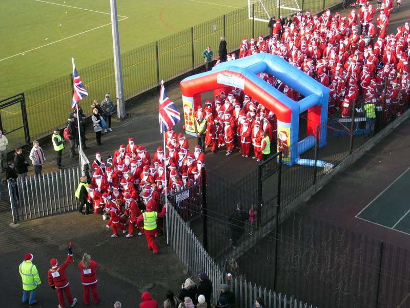 A picture of the start of the Lutterworth Santa Fun Run and Walk.